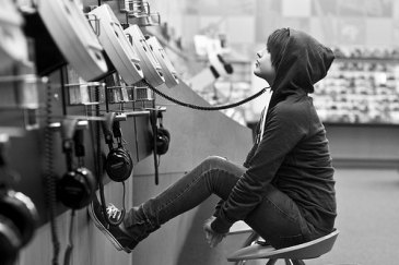 black-and-white-girl-headphones-justin-bieber-lol-music-photography-Favim.com-41463